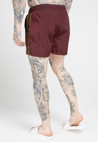 SIKSILK - CRUSHED TAPE - Shorts - burgundy/gold - 4