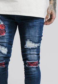 SIKSILK - BUST KNEE - Skinny džíny - dark blue/red roses - 4