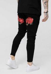 SIKSILK - LOW RISE REAR MAJESTIC ROSE - Jeansy Skinny Fit - black - 4