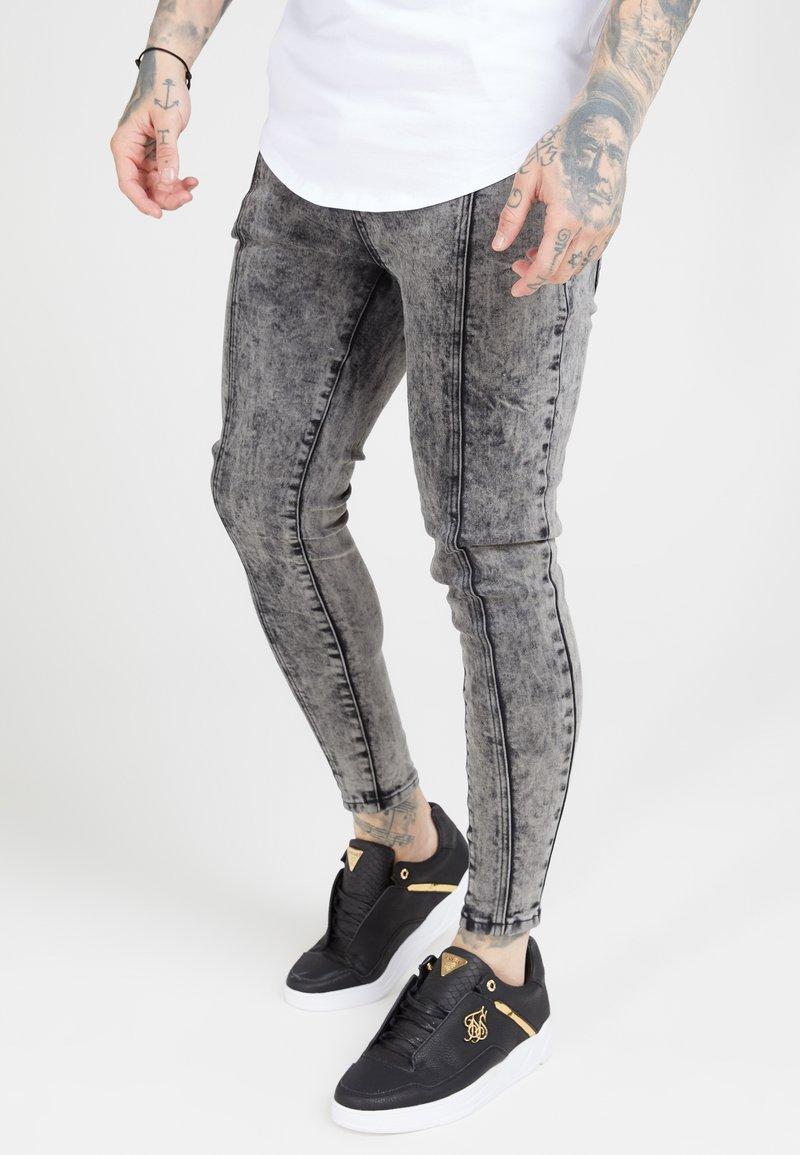 SIKSILK - PLEATED DROP CROTCH - Jeans Skinny Fit - snow wash