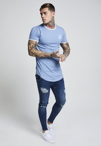 SIKSILK - HERITAGE GYM TEE - T-shirt med print - faded denim - 1
