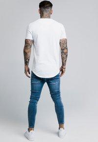 SIKSILK - CONTRAST LOGO GYM TEE - T-shirts basic - white - 2