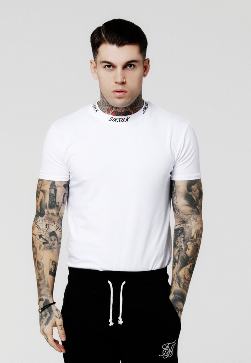 SIKSILK - HIGH COLLAR LOGO TEE - T-shirt z nadrukiem - white