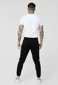 SIKSILK - HIGH COLLAR LOGO TEE - T-shirt z nadrukiem - white - 2