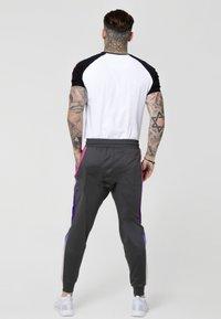 SIKSILK - PANEL FADE TECH TEE - T-shirt con stampa - white - 2