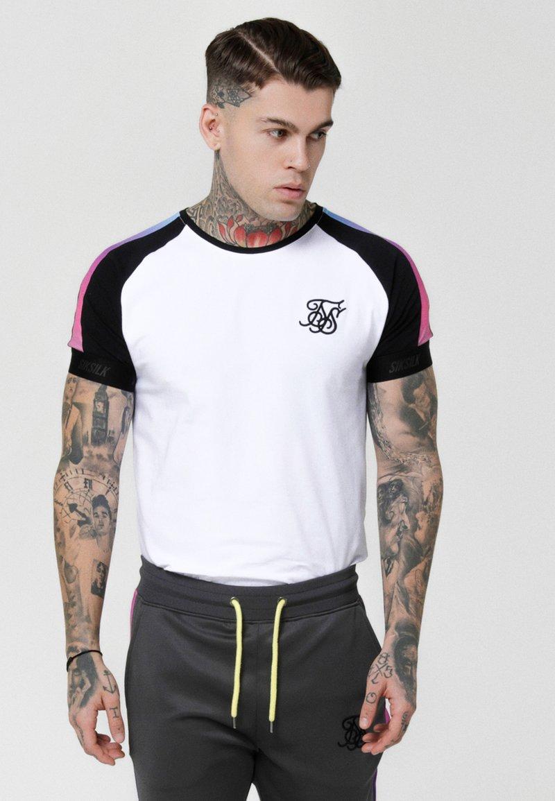 SIKSILK - PANEL FADE TECH TEE - T-shirt med print - white