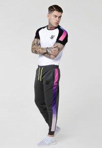 SIKSILK - PANEL FADE TECH TEE - T-shirt con stampa - white - 1