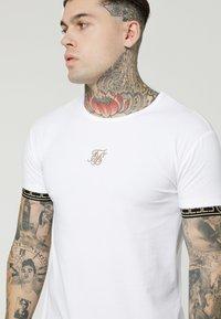 SIKSILK - SCOPE CARTEL GYM TEE - T-shirt con stampa - white/gold - 4