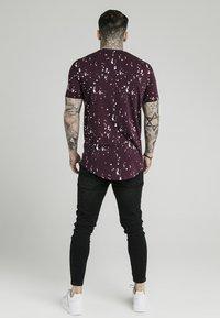 SIKSILK - Camiseta estampada - burgundy/white - 2