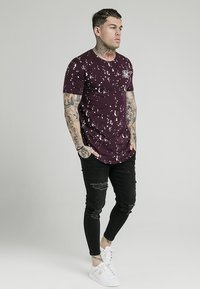 SIKSILK - Camiseta estampada - burgundy/white - 1