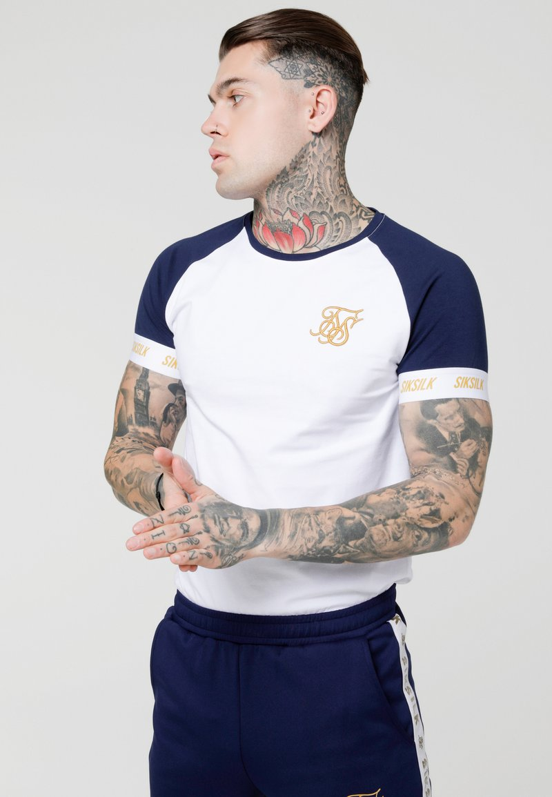 SIKSILK - TECH TEE - Camiseta estampada - navy/white/gold