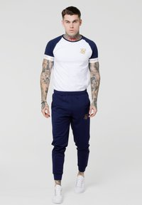 SIKSILK - TECH TEE - Camiseta estampada - navy/white/gold - 1