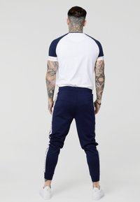 SIKSILK - TECH TEE - Camiseta estampada - navy/white/gold - 2