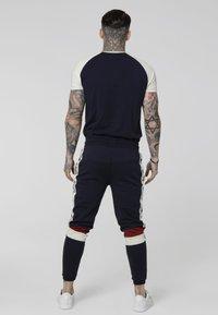 SIKSILK - RAGLAN INSET TAPE GYM TEE - Camiseta estampada - off white/navy - 2