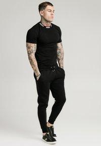 SIKSILK - HIGH COLLAR LOGO TEE - T-shirt basic - black/white - 1