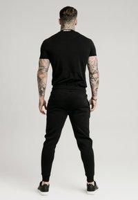 SIKSILK - HIGH COLLAR LOGO TEE - T-shirt basic - black/white - 2