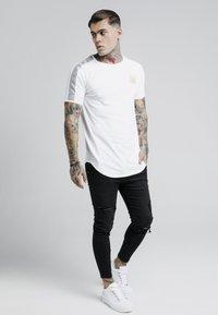 SIKSILK - GOLD TAPE TEE - Camiseta estampada - white - 1