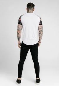 SIKSILK - DANI ALVES RAGLAN CURVED HEM TECH TEE - Camiseta estampada - white - 2