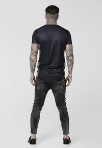 SIKSILK - CURVED HEM TEE - T-shirts med print - black/gold - 2