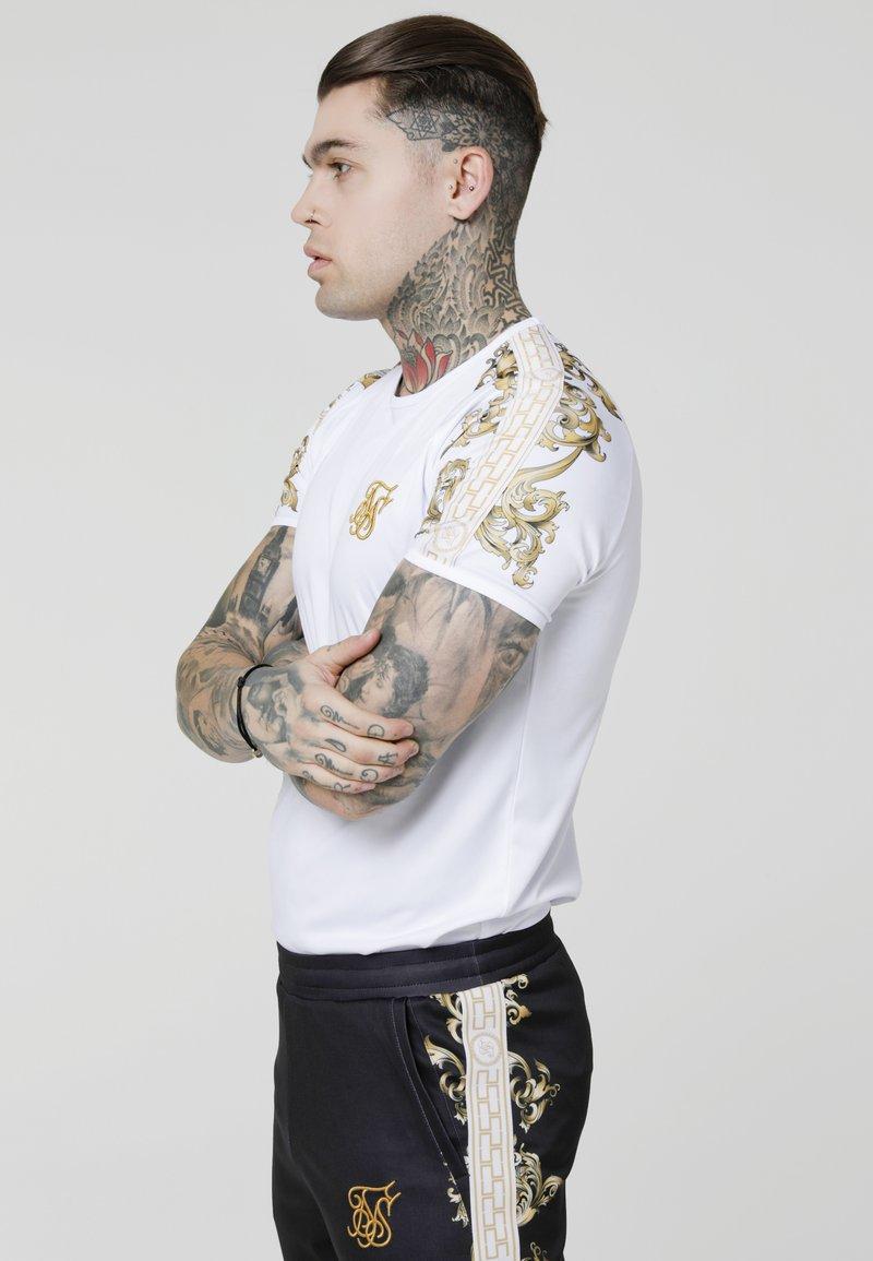 SIKSILK - RAGLAN GYM TEE - Camiseta estampada - white/gold