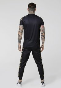 SIKSILK - RAGLAN GYM TEE - Camiseta estampada - black/white/gold - 2