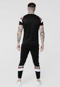 SIKSILK - ROYAL VENETIAN SPRINT TEE - Camiseta básica - black/deep red - 2