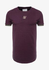 SIKSILK - CARTEL SCOPE GYM TEE - Camiseta estampada - burgundy/gold - 3