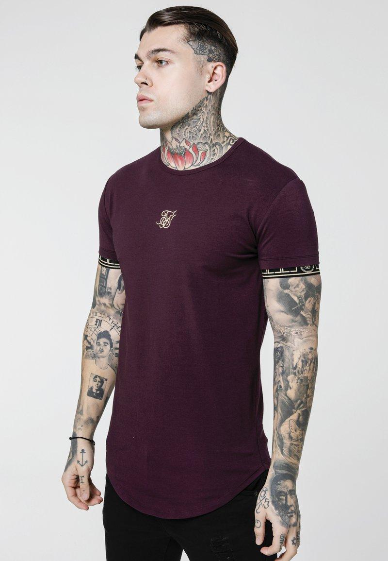 SIKSILK - CARTEL SCOPE GYM TEE - Camiseta estampada - burgundy/gold