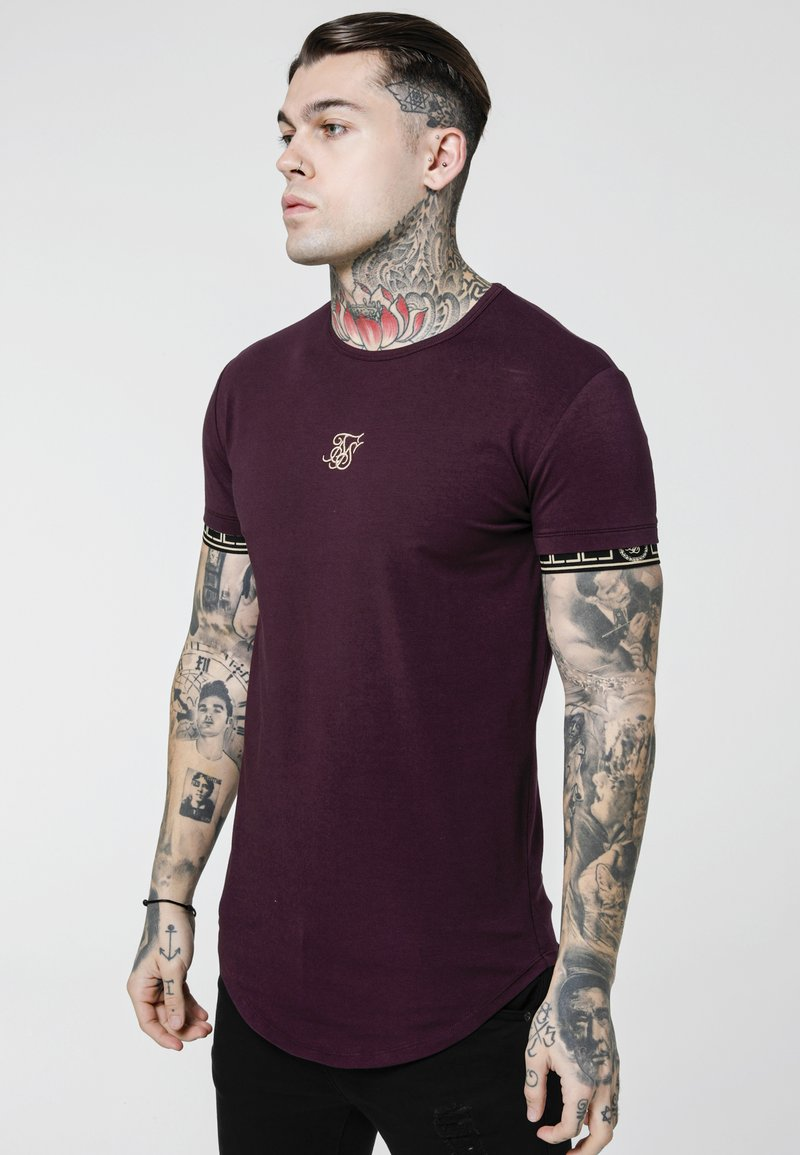 SIKSILK - CARTEL SCOPE GYM TEE - Camiseta estampada - burgundy/gold