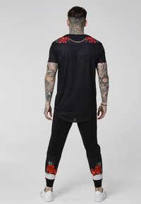SIKSILK - MAJESTIC CURVED HEM TEE - T-shirt print - black - 2