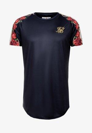 MAJESTIC RAGLAN CURVED HEM TEE - T-shirt con stampa - black/ecru/red