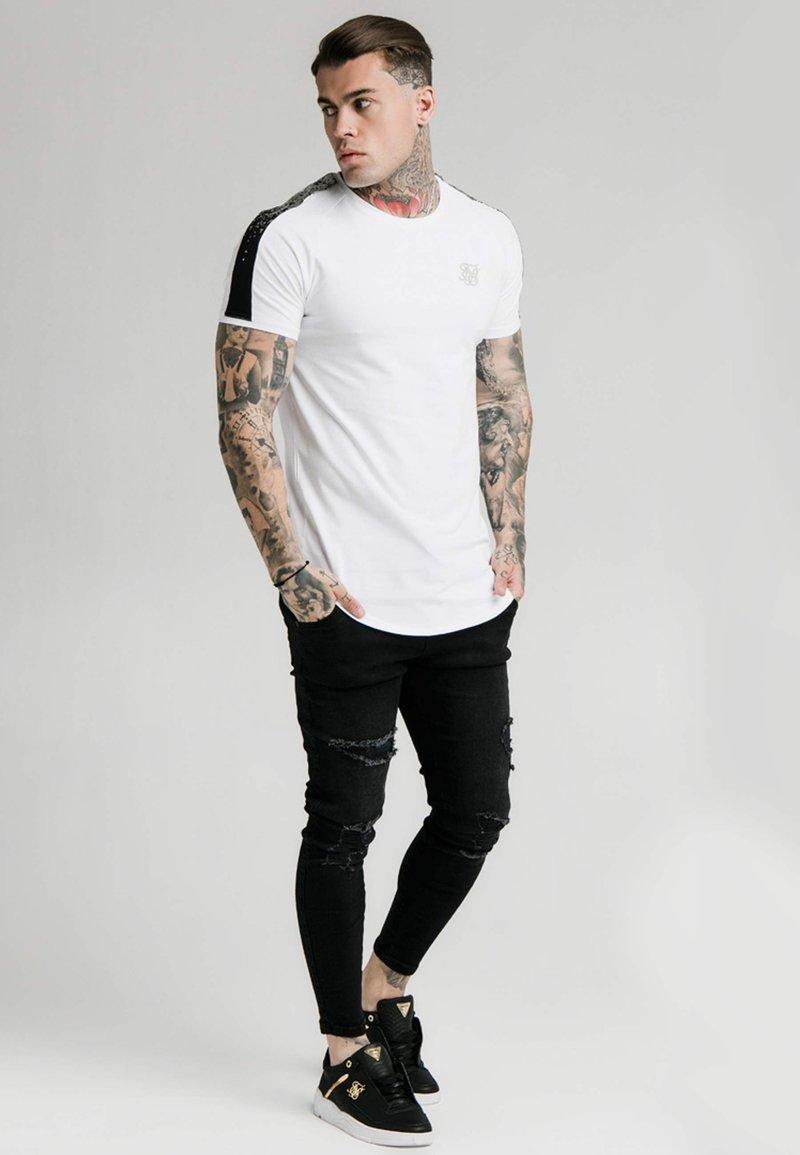 SIKSILK - RAGLAN FOIL FADE GYM TEE - T-shirt imprimé - white/silver