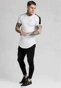 SIKSILK - RAGLAN FOIL FADE GYM TEE - T-shirt imprimé - white/silver - 1