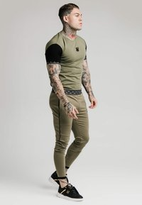 SIKSILK - SCOPE GYM TEE - T-shirt imprimé - khaki/black - 1