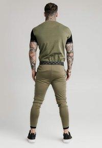 SIKSILK - SCOPE GYM TEE - T-shirt imprimé - khaki/black - 3