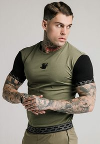 SIKSILK - SCOPE GYM TEE - T-shirt imprimé - khaki/black - 4