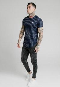 SIKSILK - PINSTRIPE TEE - T-shirt imprimé - navy - 1