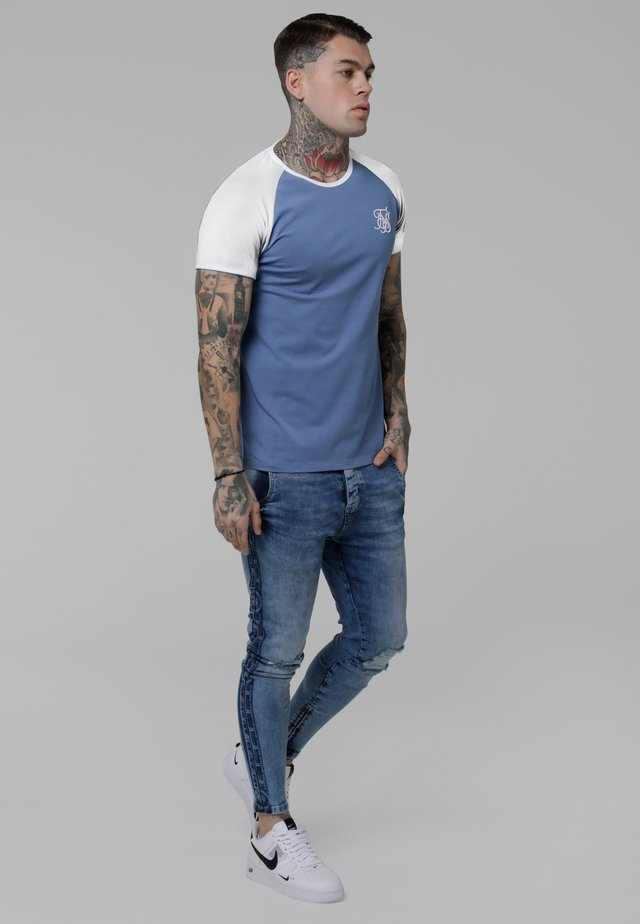 CONTRAST RAGLAN TEE - Print T-shirt - faded denim/white