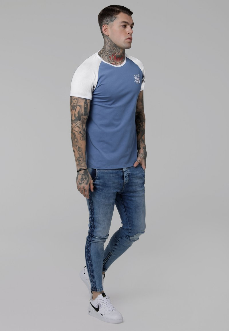 SIKSILK - CONTRAST RAGLAN TEE - T-shirt print - faded denim/white