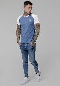 SIKSILK - CONTRAST RAGLAN TEE - T-shirt print - faded denim/white - 1