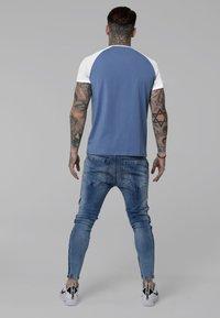 SIKSILK - CONTRAST RAGLAN TEE - T-shirt print - faded denim/white - 2