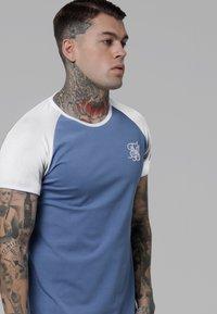 SIKSILK - CONTRAST RAGLAN TEE - T-shirt print - faded denim/white - 4