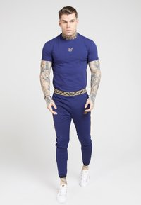 SIKSILK - TAPE COLLAR GYM TEE - T-shirt basic - navy/gold - 1