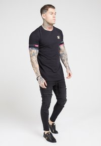 SIKSILK - TOURNAMENT TEE - T-shirt med print - black/oil paint - 1