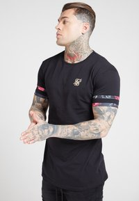 SIKSILK - TOURNAMENT TEE - T-shirt med print - black/oil paint - 4