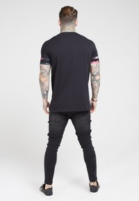 SIKSILK - TOURNAMENT TEE - T-shirt med print - black/oil paint - 2