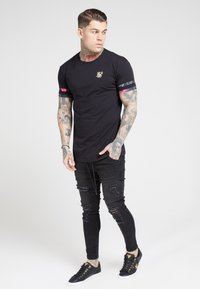 SIKSILK - TOURNAMENT TEE - T-shirt med print - black/oil paint - 0