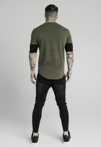 SIKSILK - INSET SLEEVE GYM TEE - Camiseta estampada - khaki/black - 2