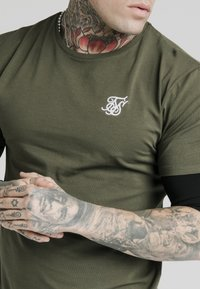 SIKSILK - INSET SLEEVE GYM TEE - Camiseta estampada - khaki/black - 4