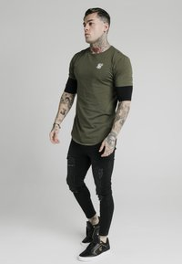 SIKSILK - INSET SLEEVE GYM TEE - Camiseta estampada - khaki/black - 1